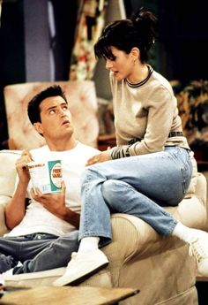 Monica is the controlling one in the relationship with Chandler Friends Outfits Chandler controlling Monica relationship Chandler Friends, Friends Tv Show, Tv: Friends, Serie Friends, Friends Cast, Friends Moments, Friends Forever, Monica Friends, Friends Monica Geller