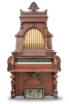L'orgue, instrument à un ou plusieurs claviers, qui parle vent fait vibrer des tuyaux, laisse entendre le spectre le plus complet du registre sonore. Relié à l'élévation spirituelle, il éclaire un haut degré de réalisation. Aux heures solennelles, pour accompagner son bonheur ou son malheur, il émet des sons élevants et pacifiants.