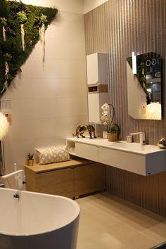 La salle de bain est devenue LA pièce tendance de la maison ! Envie d'une immense baignoire ou plutôt d'une douche à l'italienne ? De mosaïque ou de peinture… Venez découvrir les dernières tendances et obtenez les conseils de professionnels à Foire de Paris ! Rendez-vous du 27 avril au 8 mai à Paris Expo Porte de Versailles. Bad Inspiration, Bathroom Inspiration, Grey Bathrooms, White Bathroom, Versailles, Studio Apartment Layout, Bathroom Trends, Rustic Decor, Sweet Home