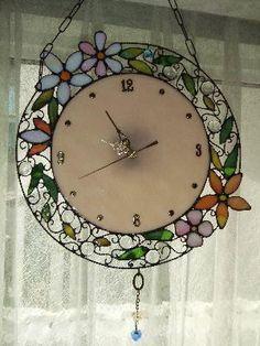 円形の時計の周りには、一つ一つ作ったお花と葉を散りばめ、お洒落な雰囲気を出すように大好きなワイヤーを使い全体をまとめました。時計の下側には小さなハートのサンキ...|ハンドメイド、手作り、手仕事品の通販・販売・購入ならCreema。