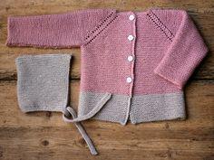 Babytrøjen er strikket i gammelrosa og sandfarvet, men strikker du den til en lille dreng, kan du f.eks. strikke den i støvet blågrå og sand – eller helt ensfarvet. Det er nemt at strikke retstrikning, og det superfine garn, som består af økologisk uld og nældefibre, lægger sig pænt, når det strikkes. Trøjen med raglanærmer strikkes i et stykke fra…