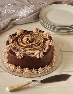 """La """"Torta girella"""" è una golosa idea per le occasioni speciali. Una versione realizzata con base di pasta biscotto e farcita con panna nutella e cioccolato."""