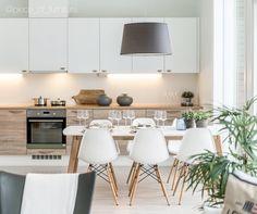 Skandinaavisen tyylikäs keittiö yhdistelee kauniisti puuta ja valkoista.