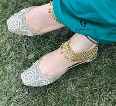 Jehri gall punjabi jutti vich oh hor kithe. Bridal Shoes, Wedding Shoes, Bridal Sandals, Indian Shoes, Indian Clothes, Shoes Sandals, Heels, Slipper Sandals, Pretty Shoes