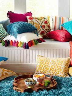 PARA COLORIR | As cores são bem vindas também nos acabamentos, como as passamanarias que dão um toque especial às almofadas. #inspiracao #DIY #decoracao #passamanaria #verao #ficaadica