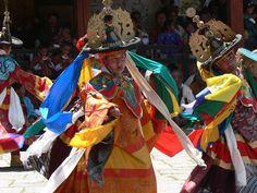 ブータン、ツェチュ祭、仮面舞踏チャムのひとつ「黒帽の舞」By Stephen Shephard[GFDL,CC-BY-SA-3.0 or CC-BY-SA-2.5-2.0-1.0]via Wikimedia Commons