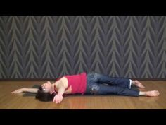 寝る前3分ひねるだけ! ぽっこりお腹を解消する体幹ストレッチ - LOCARI(ロカリ)