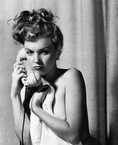 suicideblonde:Marilyn Monroe posing for pin up artist Earl Moran Estilo Marilyn Monroe, Marilyn Monroe Fotos, Norma Jean Marilyn Monroe, Earl Moran, Brad Pitt, Funny Face Photo, Actrices Hollywood, Norma Jeane, Kate Winslet