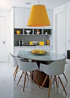 marcenaria+móveis de design compõem essa sala de jantar. os pontos de cor amarelos deixam o conjunto ainda mais belo.