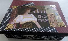 Caixa em MDF decorada com decoupage.