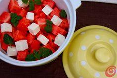 L'anguria con formaggio feta e menta per la tavola apparecchiata estiva watermelon feta peppermint salad