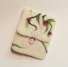 Süße kleine Tasche  in weiß  mit Blumenranken mit rot-violetten Blüten für euer Handy, euren Mp3-Player oder für Kosmetikkram... Verschlossen wird das gute Stück mit einem rosanen Blümchen-Knopf.