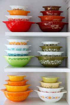 These are great, I did not know they came in all of these colors, I have the green set in my cabinet now. Vintage Dishes, Vintage Kitchenware, Vintage Glassware, Vintage Bowls, Vintage Kitchen Decor, Vintage Items, Kitsch, Pyrex Display, Pyrex Bowls