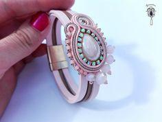 Sutaszowa bransoletka z zapięciem magnetycznym na rzemieniach 19cm.   Pudrowo - złoto:)   Bardzo lubię zapięcia magnetyczne, to świetny ...