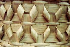 Ideas For Basket Weaving Inspiration Flax Weaving, Bamboo Weaving, Weaving Art, Weaving Patterns, Basket Weaving, Hawaiian Crafts, Making Baskets, Arts And Crafts, Paper Crafts