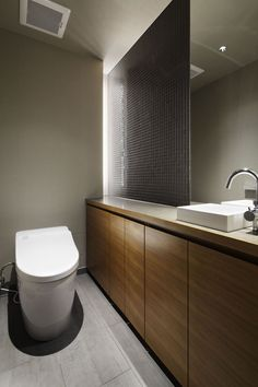 建築家:鹿内 健「碑文谷・時層の家」 Toilet Sink, Toilet Room, Asian Interior, Japanese Interior, House Wash, Small Bathroom Layout, Japanese Bathroom, Modern Toilet, Toilet Design