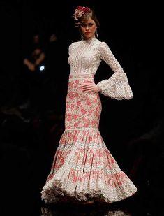 La diseñadora lituana ha presentado «La vida es bella», una colección con blusas muy vaporosas, faldas y vestidos de nejas abiertas y canasteros de talle alto y corte sirena. (Foto: Raúl Doblado) Dance Fashion, Skirt Fashion, Fashion Outfits, Flamenco Costume, Cowgirl Style Outfits, Dress Skirt, Dress Up, 2016 Fashion Trends, Spanish Style