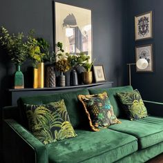 Sala decorada com sofá verde escuro e paredes cinza – Foto: Crete Luxury Art Design Home Interior Design, House Interior, Living Room Furniture, Apartment Living Room, Living Decor, Furniture Design, Farm House Living Room, Cozy Living Rooms, Apartment Decor