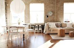 """Bord med söta """"strumpor"""" samt rustik vägg"""