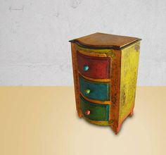 Gaveteiro pequeno formato com 3 gavetas, acabamento patna francesa. R$ 120,00
