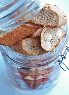 Ett väldigt gott alternativ än vanliga pepparkakor är pepparkaksskorpor. De går snabbare att baka än pepparkakor där degen helst ska stå i kylen ett helt dygn innan utbakning. Pepparkakssmak ihop m…