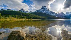Kanada, Prowincja Alberta, Park Narodowy Banff, Jezioro Waterfowl Lake, Szczyt Mount Chephren, Góry, Las, Wschód słońca, Chmury, Kamienie