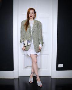body Nasty Gal, vestido Dior, blazer Groc, bolsa Serpui Marie, mules Gucci, brinco Sara Joias