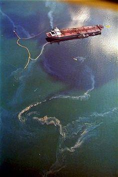 Photos of Exxon Valdez oil at top by Gail Irvine, USGS. Bottom photo of the stricken Exxon Valdez tanker on April 1989 by John Gap. Des Photos Saisissantes, Gulf Of Alaska, Ocean Pollution, Haunting Photos, Big Oil, Oil Spill, Environmental Issues, Environmental Pollution, Water Resources