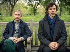 Sherlock: Martin Freeman (John Watson) and Benedict Cumberbatch (Sherlock Holmes) Sherlock Holmes Bbc, Sherlock Coat, Sherlock Season, Detective Series, Mystery Series, Mila Kunis, Margot Robbie, Martin Freeman, Scarlett Johansson