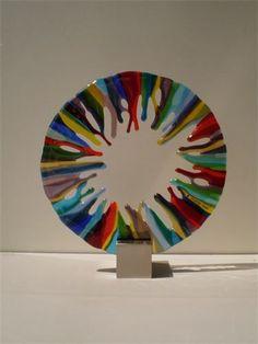 Yvonne Veen, Glinsterend glas, - Fusen - love the base Fused Glass Plates, Fused Glass Ornaments, Fused Glass Jewelry, Fused Glass Art, Mosaic Glass, Glass Fusing Projects, Stained Glass Projects, Stained Glass Panels, Stained Glass Art