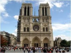1163-1250 에 지어진 성당으로, 마리아를 위한 고딕 성당이지만 오랜 세월 지어졌기 때문에 한 성당 내에 여러 양식을 담고 있다. 한 번에 짓기는 경제적인 문제가 있었기 때문에 조금씩 덧붙이는 형태로 지어져 있다. 서쪽은 먼저 지어졌는데 뾰족한 탑들이 있고 벽이 두껍고 창문이 작은 등 육중한 로마네스크 양식의 특징을 보인다. 나중 시기로 갈수록 화려하고 장식이 많은 고딕 양식의 특징을 보인다.   높은 벽이 무너지지 않도록 밖에서 받치는 버틀레스가 있는 고딕 양식의 특징도 보이며 동쪽에는 flying 버틀레스가 있다. 천장은 교차형태를 취하여 아치보다 더 높게 지을 수가 있었으며 후에 지어진 쪽은 벽은 얇고 스테인드 글라스가 많아서 빛이 들어올 수 있으며 매우 화려한 형태이다. 후원자들의 개인 예배실인 작은 방들이 성당 내에 존재한다.