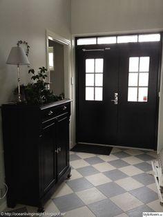 New England husbygge - Hemma hos cafyr New England, House Front, Little Houses, Tile Design, Future House, Halle, Entrance, Sweet Home, Flooring