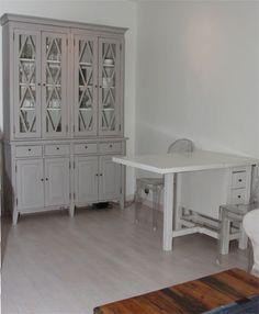 Klaffipöytä on myös kätevä lisäpöytä! Kun sitä ei tarvita, klaffit voi laskea alas ja nostaa pöydän seinustalle. juvi.fi