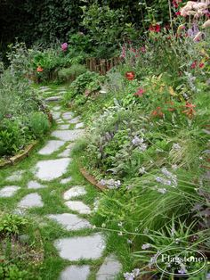 City Gardening Flagstones los in de tuin. Eco Garden, Natural Garden, Garden Cottage, Balcony Garden, Dream Garden, Garden Paths, Small Gardens, Outdoor Gardens, Amazing Gardens
