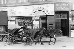 1939. Az éppen indexelő fogat mögött a Wesselényi utca 6. szám alatti Szőlőskert italmérés látható (a Rumbach Sebestyén utca sarkán)