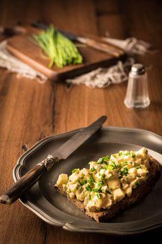 Eiersalat schmeckt nicht nur zu Ostern. Eiersalat mit selbstgemachter Mayonnaise schmeckt auch zum Vesper aufs Brot oder zum Brunch.