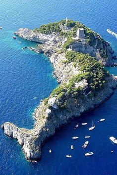 Dolphin Shaped Island in Italy. Steeped in mythology and breathtaking natural beauty, the Sirenusas, also known as Li Galli, are an archipelago of tiny limestone islands, just off the Amalfi Coast in Southern Italy. Places To Travel, Places To See, Travel Destinations, Places Around The World, Around The Worlds, Wonderful Places, Beautiful Places, Amazing Places, Beautiful Sky