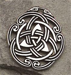 Em tempos de paz, os povos celtas criavam animais e plantavam nas terras próximas. Cada tribo era comandada por um chefe ou rei. Os druidas eram membros muito importantes da tribo.