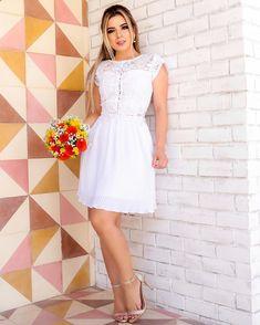 A imagem pode conter: 1 pessoa, em pé e sapatos Senior Girl Poses, Senior Girls, Pretty Dresses, Summer Outfits, White Dress, Gowns, Wedding Dresses, Womens Fashion, Clothes