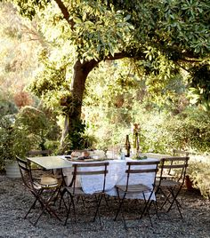 Outdoor dining at Amy Neunsinger and Shawn Gold's Laurel Canyon home Outdoor Rooms, Outdoor Dining, Outdoor Tables, Outdoor Gardens, Outdoor Furniture Sets, Outdoor Decor, Casa Hygge, Pergola, Deco Nature
