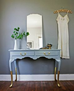 Give Your Home the Midas Touch: Gold Decor - Decoration Refurbished Furniture, Paint Furniture, Repurposed Furniture, Furniture Projects, Furniture Making, Furniture Makeover, Gold Painted Furniture, Vintage Furniture, Diy Projects