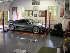 Nice garage with lift in place