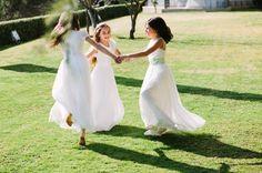 Vestidos de comunión con blancos ópticos , tejidos ligeros y toques de color. www.marcasanovas.com
