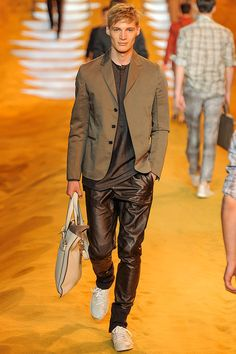 See all the Collection photos from Fendi Spring/Summer 2014 Menswear now on British Vogue Fashion Week Hommes, Mens Fashion Week, Fashion Show, Fashion Design, High Fashion, Fendi, Gucci, Vogue Paris, Marc Jacobs