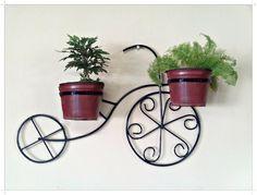 Linda Bicicleta decorativa feita em ferro para deixar sua varanda muito mais linda.  na cor preta  não acompanha vasos e plantas