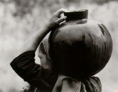 """Woman with olla"" de Tina Modotti"