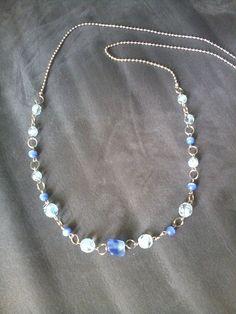 Colar longo cristais azuis.