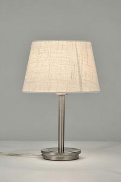 artikel 30093 Deze tafellamp is van staal en heeft chromen details. https://www.rietveldlicht.nl/artikel/tafellamp-30093-modern-eigentijds_klassiek-landelijk-rustiek-creme-stof-rond