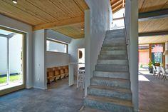 Tauchen Sie ein in die wundervoll warme Welt unserer #Holzhäuser und erleben Sie in einem virtuellen Rundgang die Vielfalt der Ideen unseres Architekten-Teams am Beispiel unseres Musterhauses in #Suhr bei Aarau (CH). #virtuellerRundgang #innenraumpanorama