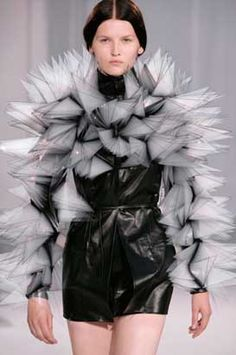Iris van Herpen, presented her 2nd collection at Paris Fashion Week. Van Herpens galactic high-tec-couture dresses and suits are produced with a 3-D Printer. Cients are Lady Gaga, Björk etc.